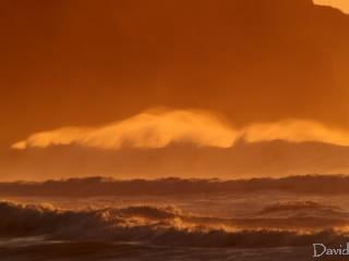 水しぶきを上げる大波