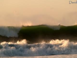 壁のように迫る大波