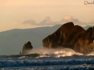 崖を襲う大波