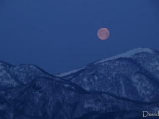 満月が山の向こうに沈む