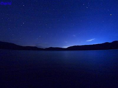 クッタラ湖の空を明るくする星