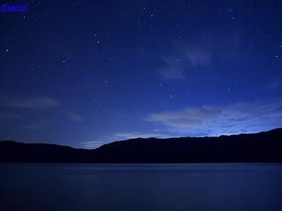 クッタラ湖の雲を明るく照らす星