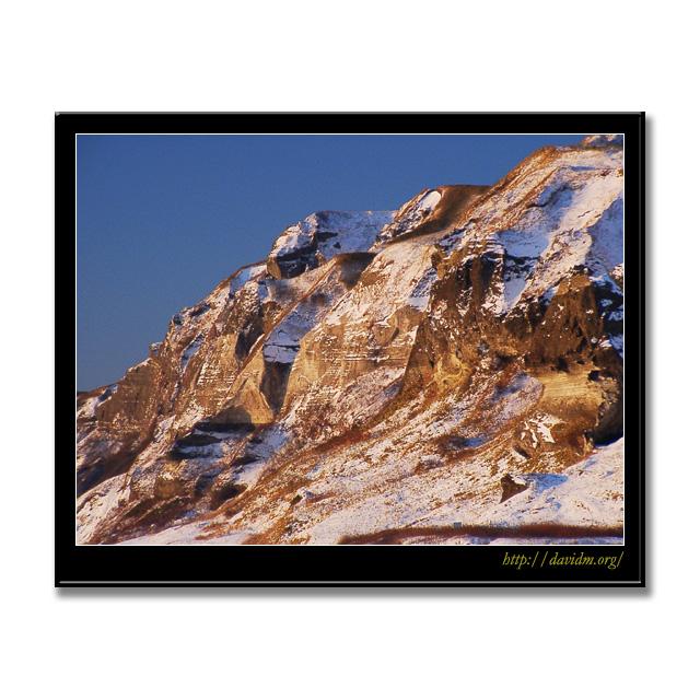 朝陽を浴びるイタンキの崖