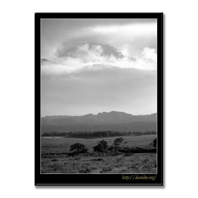 来馬岳と札内高原の牧草地 B&W