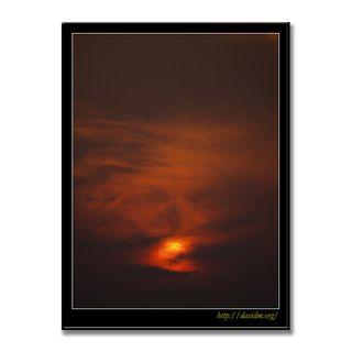 雲間に沈む沖縄の夕陽