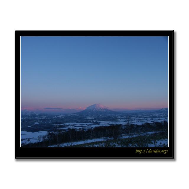 ピンク色に染まる朝の羊蹄山