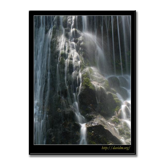 登別市鉱山町 光を浴びた滝