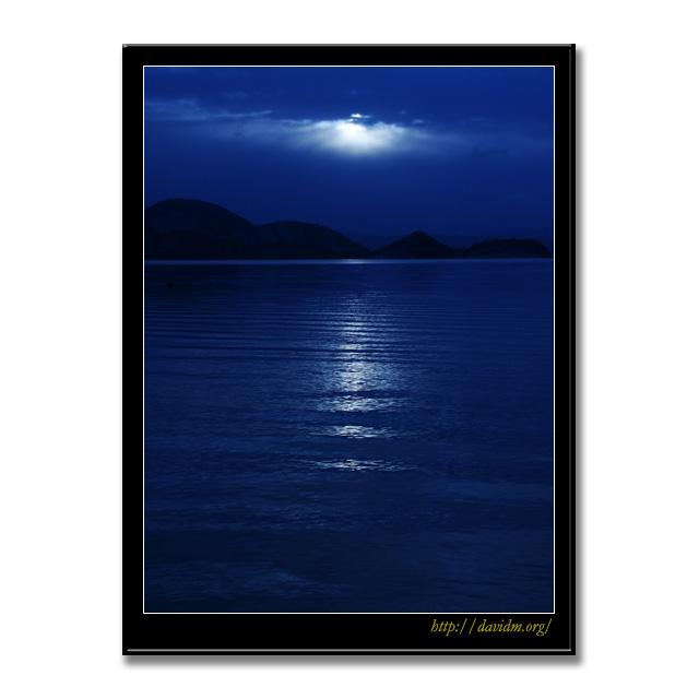 月夜に照らされた洞爺湖