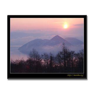 雲が漂う洞爺湖 中島の朝