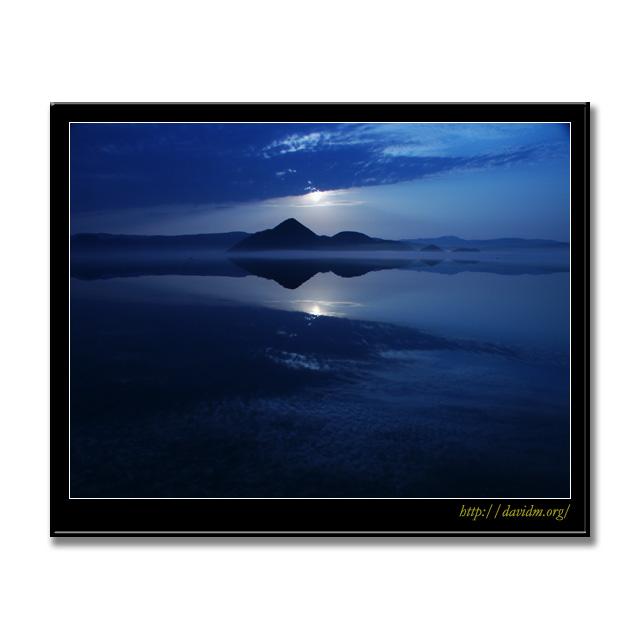 月に照らされる洞爺の湖面