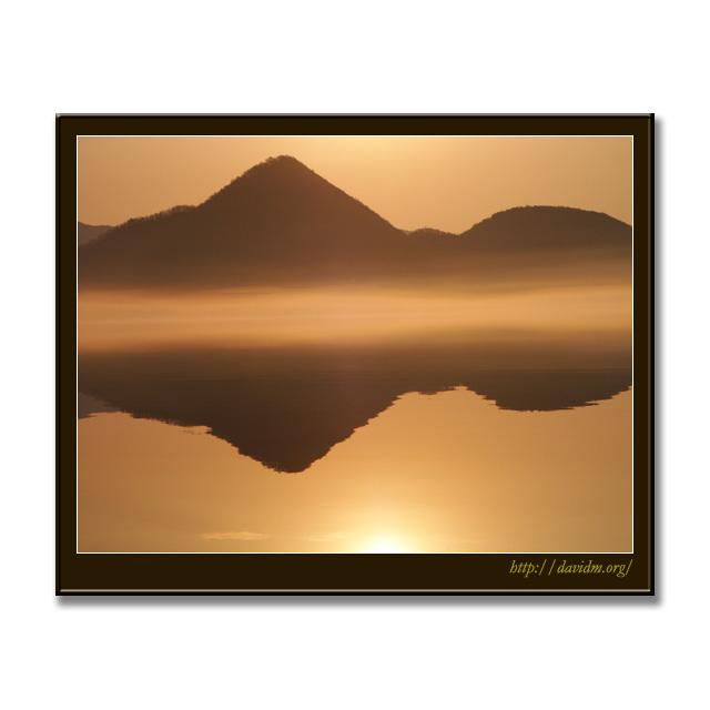 黄金色に輝く洞爺湖の朝