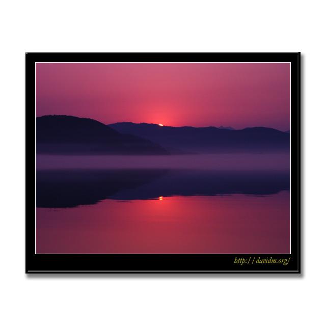 湖面に映る洞爺湖の朝陽