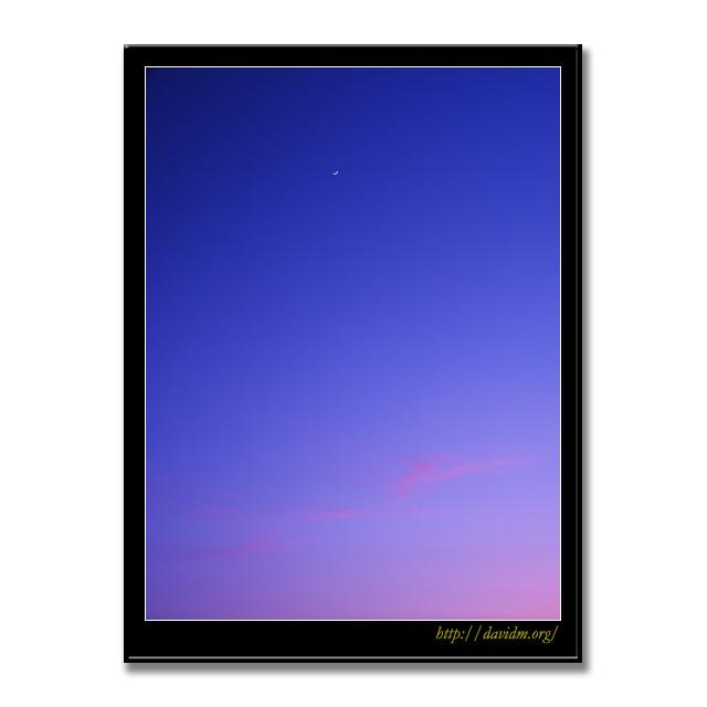 夕暮れの空に浮かぶ三日月