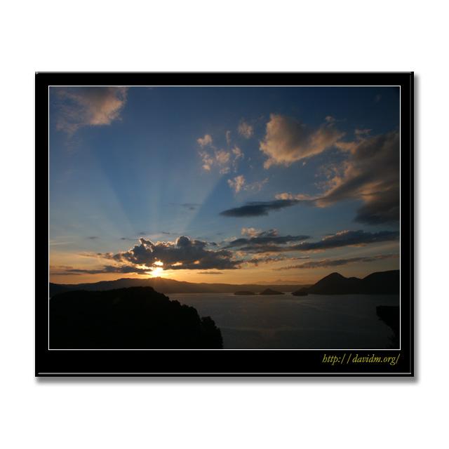 最後の輝きを見せる洞爺湖の夕陽