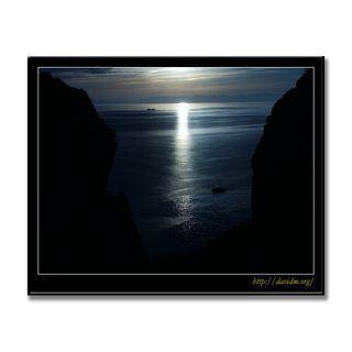 崖に差し込む室蘭の夕方の光