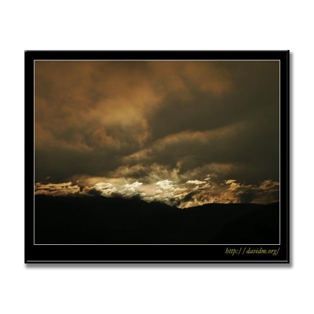 山頂を燃やす朝の光