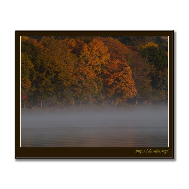 霧がかった秋の洞爺湖の朝