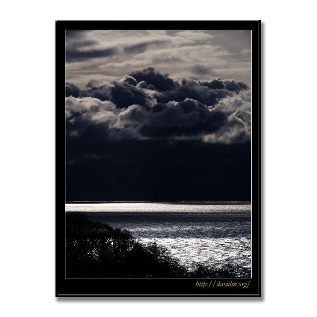 冬の雲が近づく室蘭のチャラツナイ