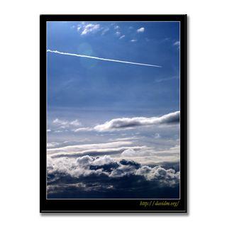 イタンキの空を横切る飛行機雲