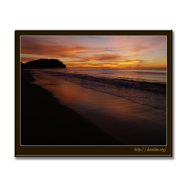 朝陽に燃えるイタンキの砂浜