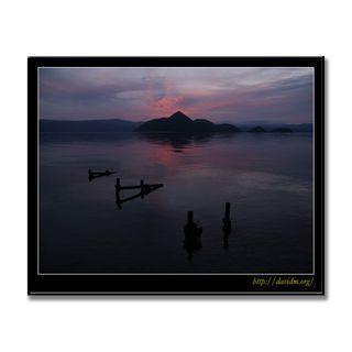 朽ちた桟橋と朝の洞爺湖