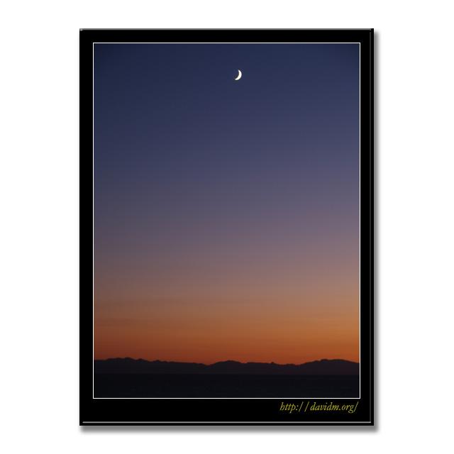 三日月が浮かぶ絵鞆の夕暮れの空