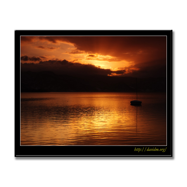 朝の洞爺湖に浮かぶヨット
