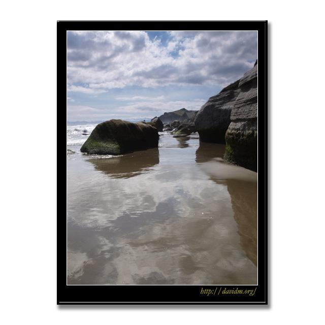 イタンキ浜の岩場の風景