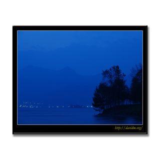 洞爺湖温泉街と有珠山の夜明け