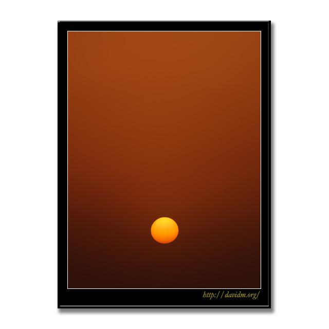 黄砂の空に沈む夕陽