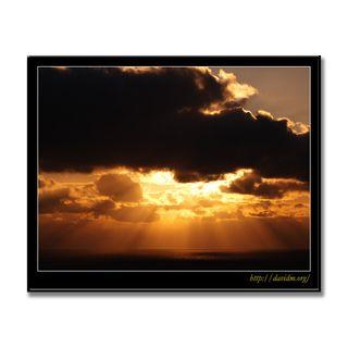 厚い雲から射す室蘭の朝陽