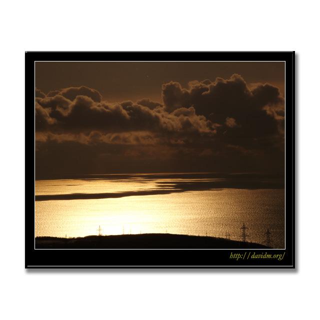 冬雲から射す室蘭の朝陽