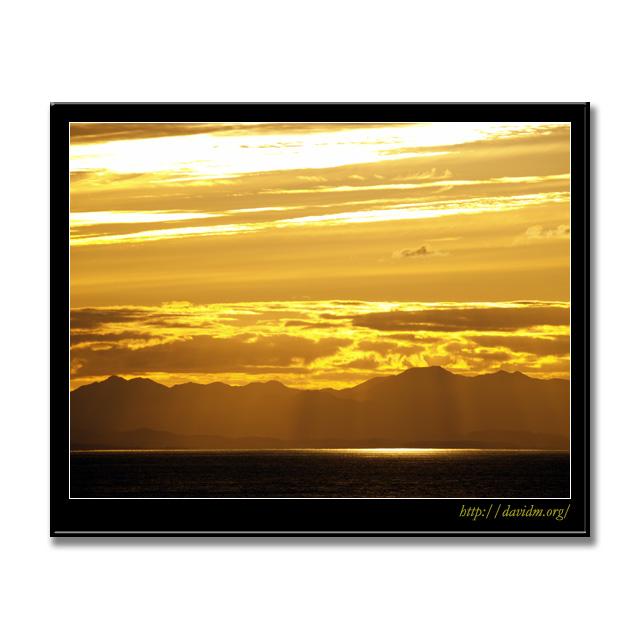 光のカーテンが下りた絵鞆の夕陽