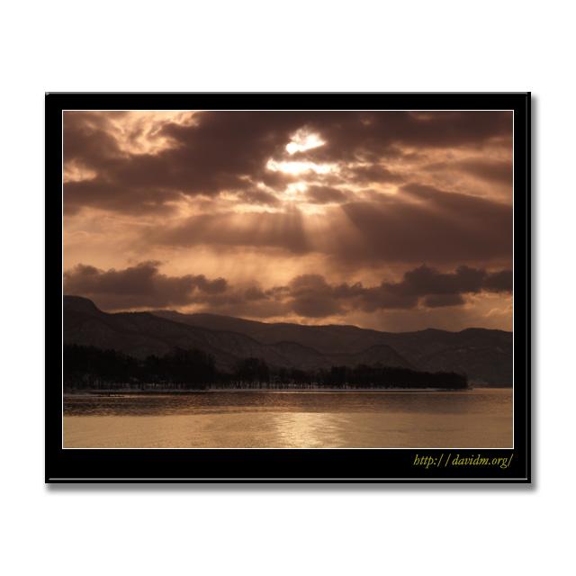 洞爺湖に注ぐ冬の朝の光