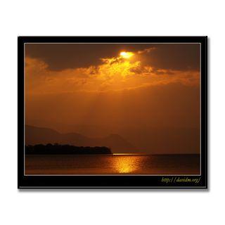 雲間から射す洞爺湖の朝陽
