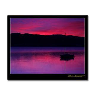 空を映す湖面に浮かぶヨット