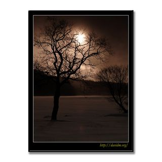 結氷した幌別ダムに顔をのぞかせる冬の太陽