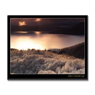 樹氷の洞爺湖に射す朝陽