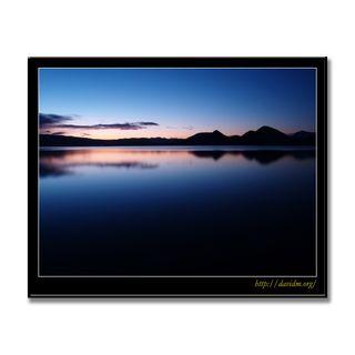静寂な洞爺湖の夜明け