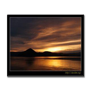 雲を染める洞爺湖の朝の写真