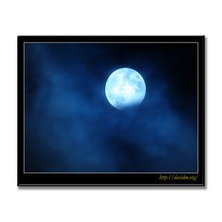 雲から現れる部分月食の月
