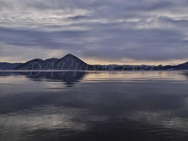 目まぐるしく変わる洞爺湖の朝の写真