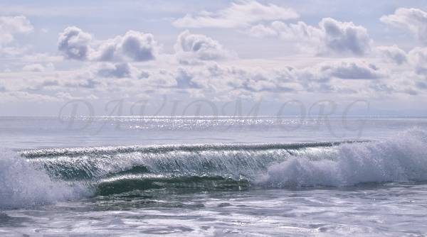 イタンキ浜に打ち寄せる波の写真