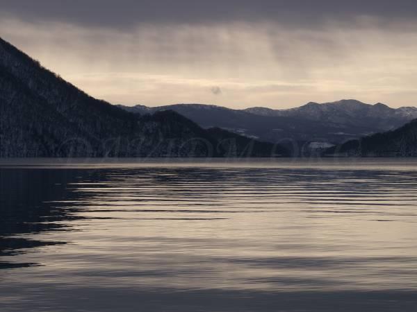 朝の洞爺湖の光の写真