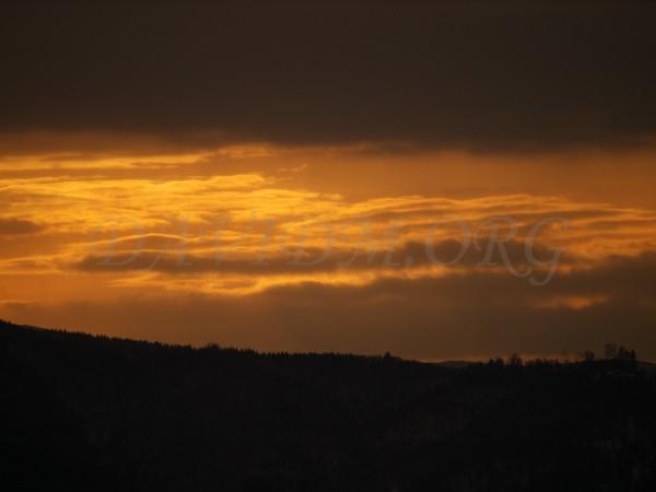 洞爺湖対岸の丘を染める朝陽の写真
