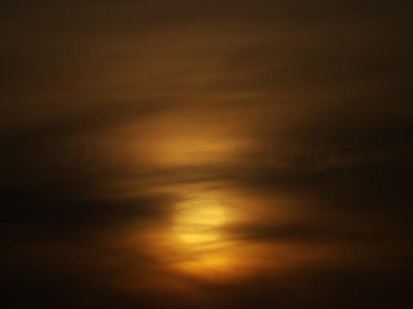 雲にくるまれた夕陽の写真