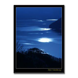 湖面を照らされた洞爺湖