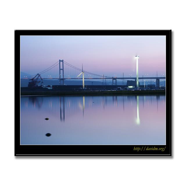 朝の白鳥大橋と風車