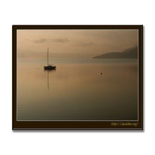 静かな湖面に浮かぶヨット