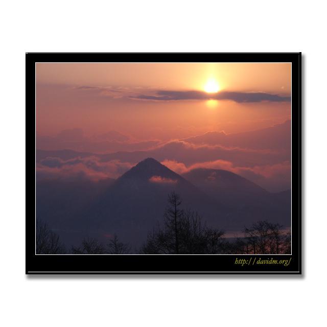 雲を頂く洞爺湖の中島